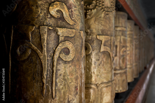 Fotografia drum prayer circle buddhist kora around the temple