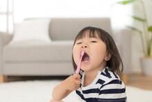 自分で歯磨きをする女...