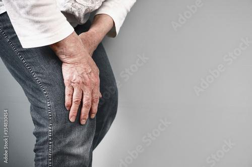 Photo Knee pain in the elderly