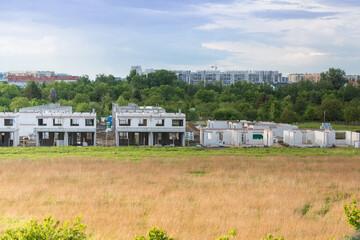 Domy w trakcie budowy na polu, na skraju miasta