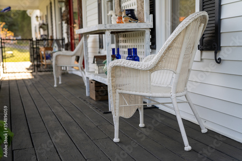 Photo Shallow focus image of chairs on a porch on a sunny day