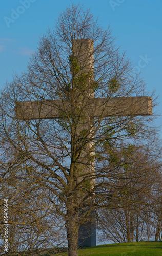 Cuadros en Lienzo Christian cross, crucifix, behind tree