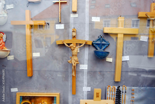 Tableau sur Toile Christian crosses, crucifixes, behind shopping window