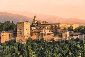 Granada, Andaluzija, Španjolska: Panoramski pogled na kompleks tvrđave Alhambra s palačama Nasrid i Generalifeom koji su na UNESCO-vom popisu svjetske baštine.