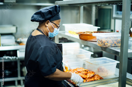 Fotografía solidarity chef preparing food for those most in need due to the economic crisis