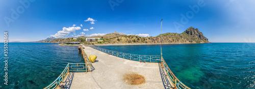 Fotografía Panoramic view of the Kara Dag Mountain and the beach in the village Kurortnoe near the city of Feodosia and the Black sea