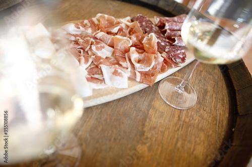 Photo tagliere con affettato e vino