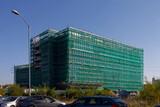 Fototapeta Londyn - Nowobudowany biurwiec z fasadą zakrytą rusztowaniami