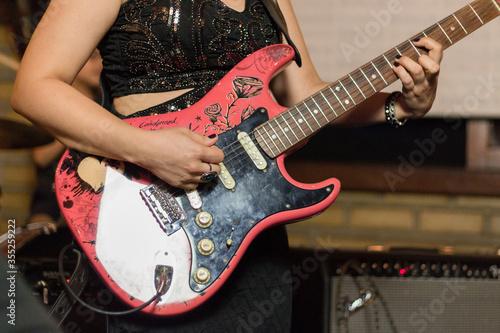 Photo mulher tocando guitarra