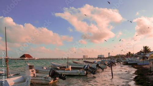 Photo lanchas frente al mar con ocaso de sol