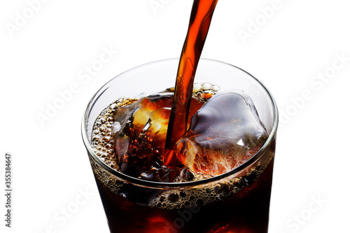 Obraz アイスコーヒーをグラスに注ぐ Pouring iced coffee into a glass - fototapety do salonu