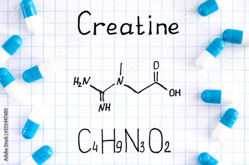Fotografia Chemical formula of Creatine with some pills.