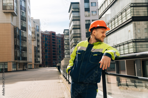 Photo a clean builder shows sincere emotions of indignation