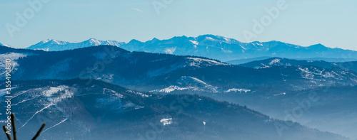 Foto Beskid Zywiecki and Western Tatras from Magurka Wislanska hill in winter Beskid