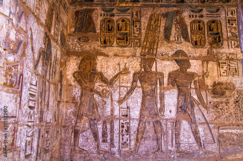 Photo Ancient burial chambers with Egyptian hieroglyphics at the valley of the kings, Luxor, Egypt