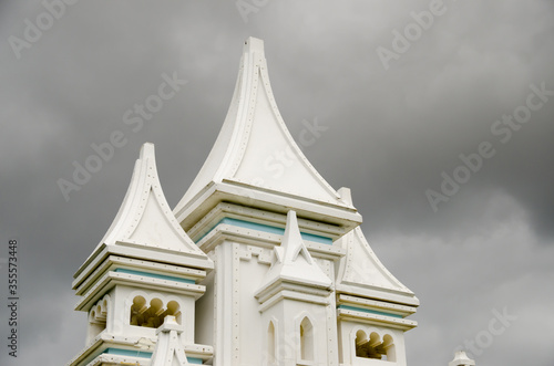 Photo Beautiful wooden white house on a background of a stormy sky