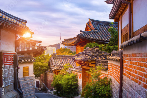 Foto Bukchon Hanok Village Is the name traditional cultural village in downtown Seoul in the morning, with beautiful shining light, South Korea