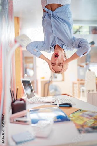 Obrazy młodzieżowe   koncepcja-ciezkiej-pracy-technologia-i-biznes-zestresowana-mloda-kobieta-wisi-do-gory-nogami