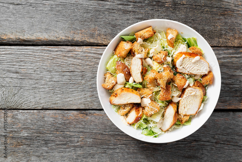Fotografía Classic caesar salad with grilled chicken fillet and parmesan cheese