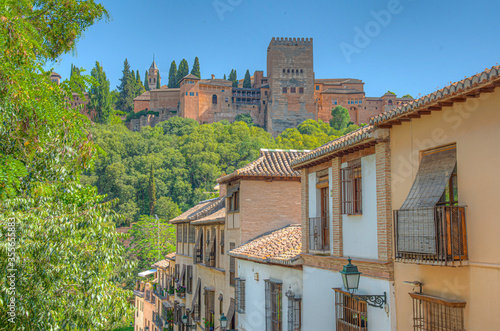 Photo Alhambra palace viewed from a street in Albaicin district in Granada, Spain