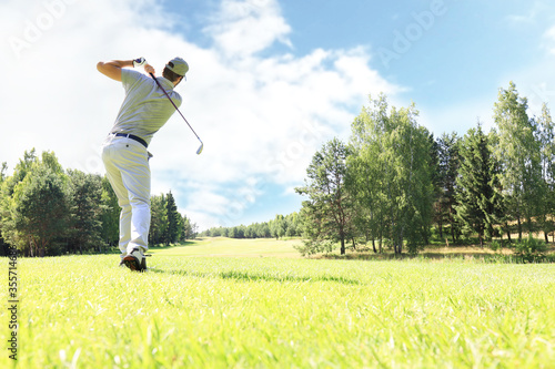 Golfer hits an fairway shot towards the club house. Fototapete