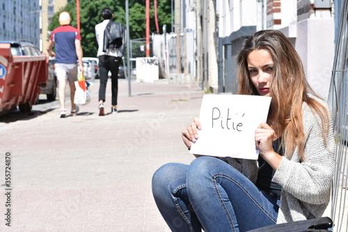 Regard malheureux d'une femme à la rue Canvas Print