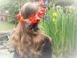 Dziewczyna w  długich włosach i wianku z czerwonych maków