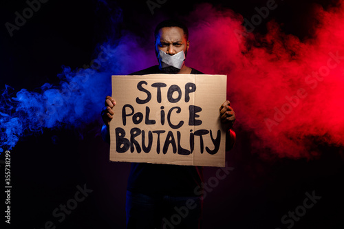 Fotografia Photo of afro american guy hold paper card banner stop police brutality suffer s