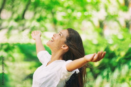 Photo Happy woman breathing fresh clean air outdoor nature forest for spring season pollen allergies