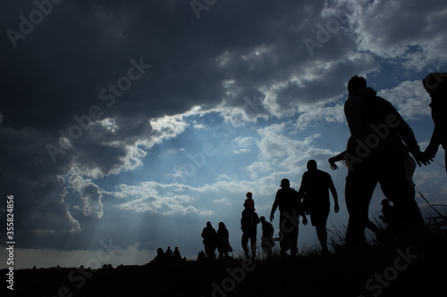 Photo Immigration of people blue sky with dark clouds