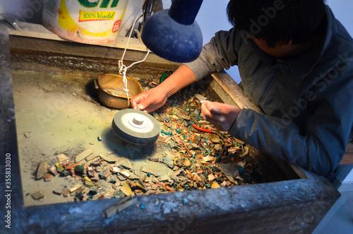 Photo artesano puliendo piedra en taller artesanal