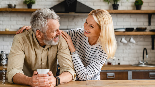 Fotografia Cheerful senior couple enjoying life and fun together