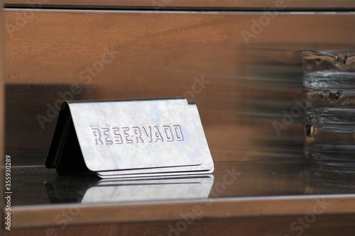 Photo Cartel de reservado en español en un bar de España