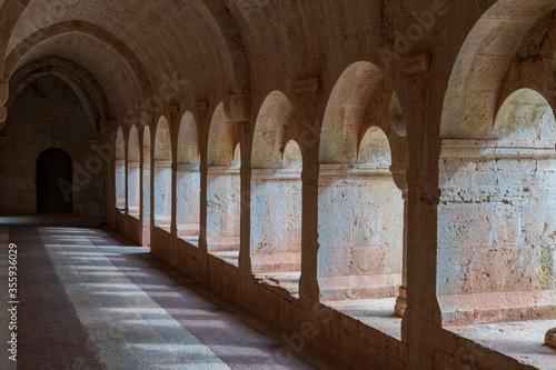 Photo porticato e chiostro di un antica e misteriosa abbazia benedettina