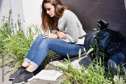 Photo Jeune femme sans domicile fixe