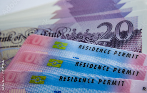 Foto UK Biometric Residence permit cards and 20 pound banknotes