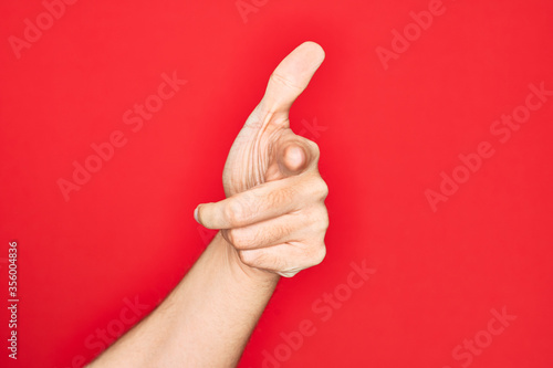Photo Hand of caucasian young man showing fingers over isolated red background pointin