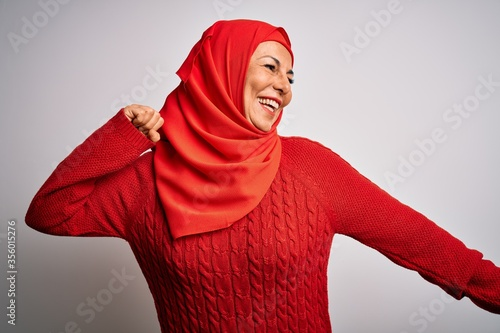 Photo Middle age brunette woman wearing muslim traditional hijab over isolated white b