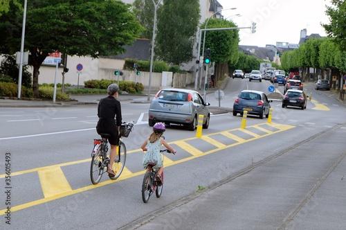 Fényképezés Femme et sa fille faisant du vélo en ville