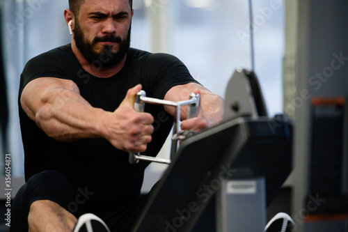 Foto heavy workout sport training in gym by strong young bearded man pulling heavy we