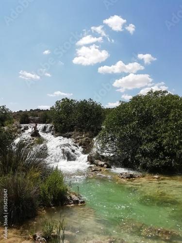 bajada de agua de un río en cascada  Wall mural