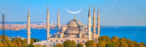 Fotografia The Blue Mosque with crescent moon (new moon) -Sultanahmet, Istanbul, Turkey