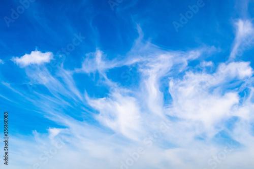 Photo Hintergrund weisse Schleierwolken am blauen Himmel