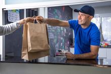 Camarero Entregando Comida Para Llevar En Bolsas De Cartón En El Restaurante