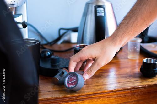 Obraz na plátně Barista de cafe preparando espresso con maquina de presión