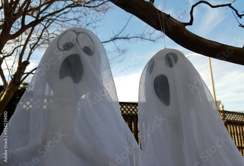 Photo white cloth ghosts hanging from tree branch