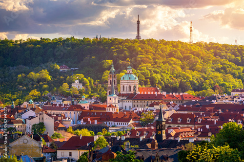 Foto Scenic view on Vltava river and historical center of Prague, buildings and landmarks of old town, Prague, Czech Republic