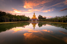 Beautiful Big Golden Buddha St...
