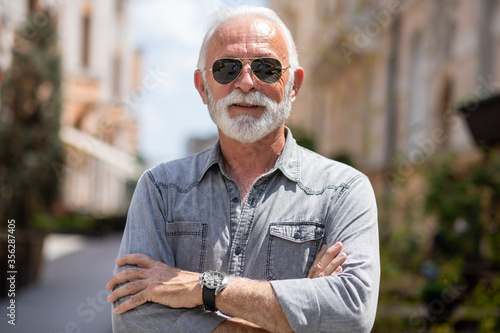 Old rich man with sun glasses and beard on street portrait Fototapet