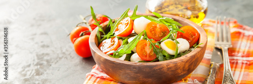Valokuva fresh arugula salad, cherry tomatoes, cheese and egg in a bowl on a table, selec